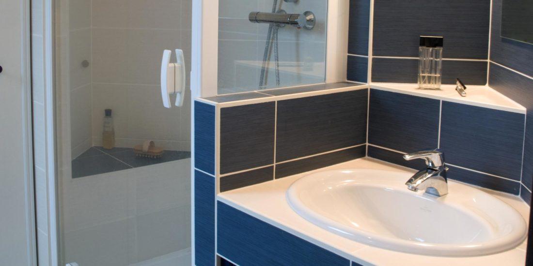 Aménagement intérieur salle de bain concrete bord de mer